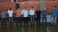 VEREADORES ACOMPANHAM ASSINATURA DE ORDEM PARA REFORMA DE GINÁSIO.